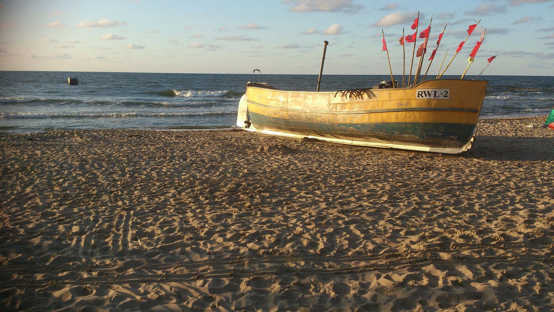 Polskie morze - statek na plaży w Rewalu