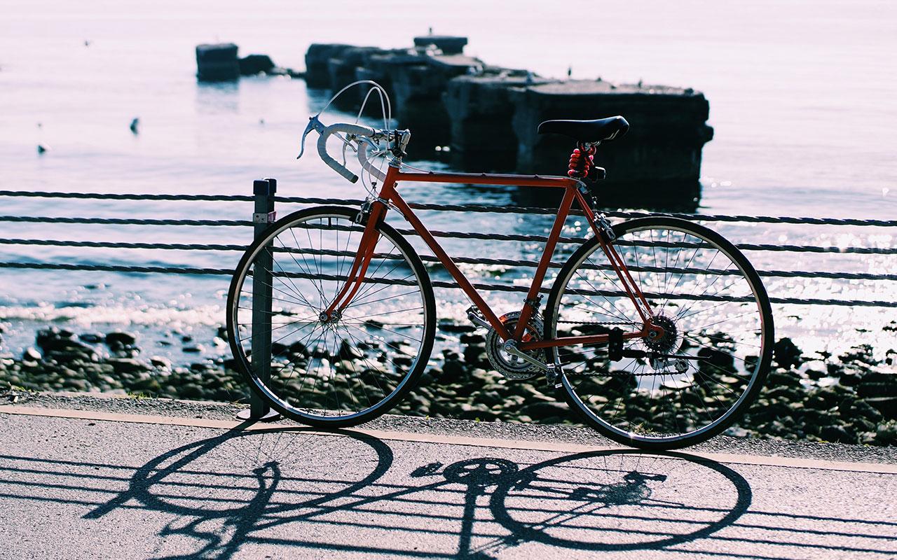 Wycieczka rowerem wzdłuż brzegu morza w Ustroniu Morskim